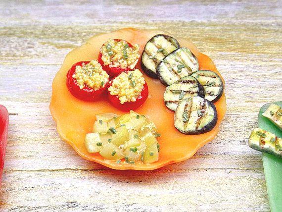 Piatto casa delle bambole, pomodori ripieni con verdure e patate ...