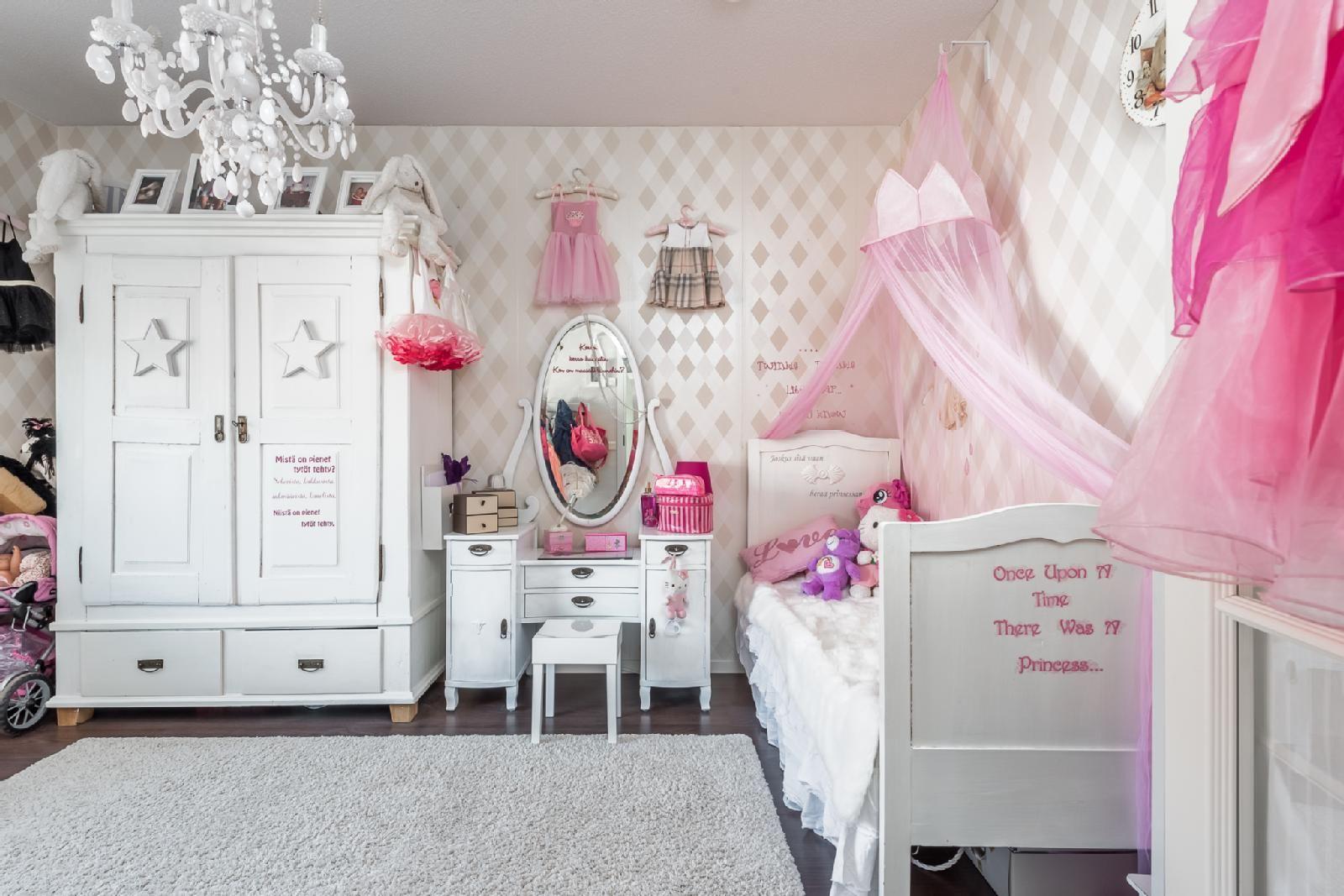 Olipa kerran pikku prinsessa… Tämä jos mikä on pienen tytön unelma! Huone on kerrassaan valloittava ihanine vaaleanpunaisine yksityiskohtineen.