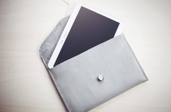 DIY, housse de tablette : Pour réaliser cette pochette, il vous faut du feutrage, du cuir, des boutons...