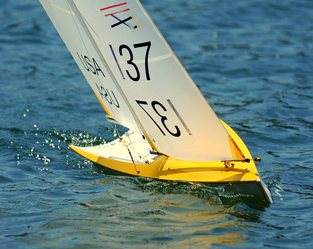 Very nice shot of a IOM RC boat | RC Ships and Boats | Model sailing