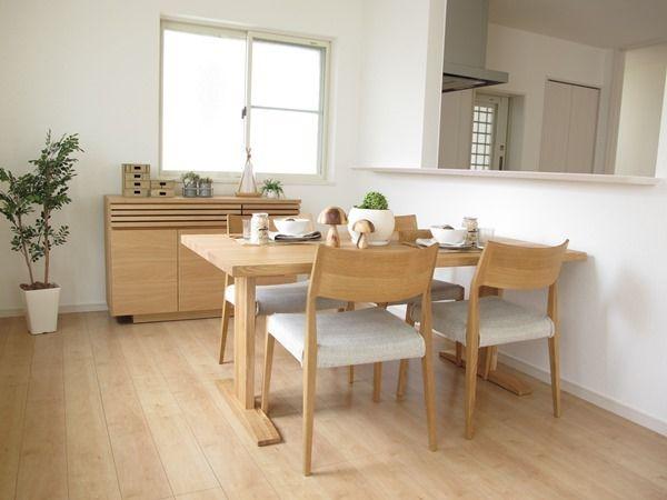 メープル色の明るい色にタモ ナラ無垢材の家具でナチュラルモダンな