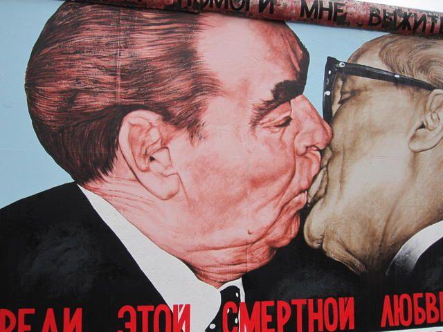The Brezhnev Honecker Kiss On The Berlin Wall Muro De Berlin Besos Muros