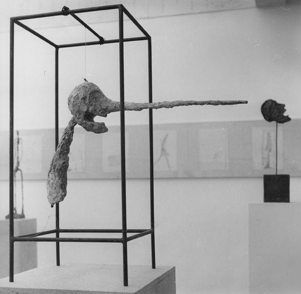 Le Nez (version de 1949), plâtre peint, à la Fondation Maeght en 1964 Photo : Bo Boustedt,