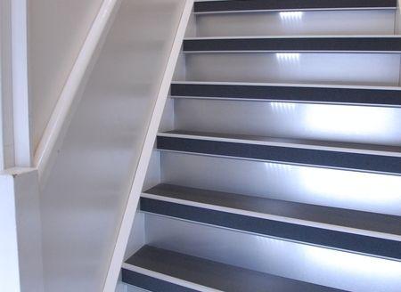 Upstairs renoveert ook trappenhuizen in appartementsgebouwen en trappen in zakelijke ruimten zoals kantoorpanden, winkels en praktijkruimten.