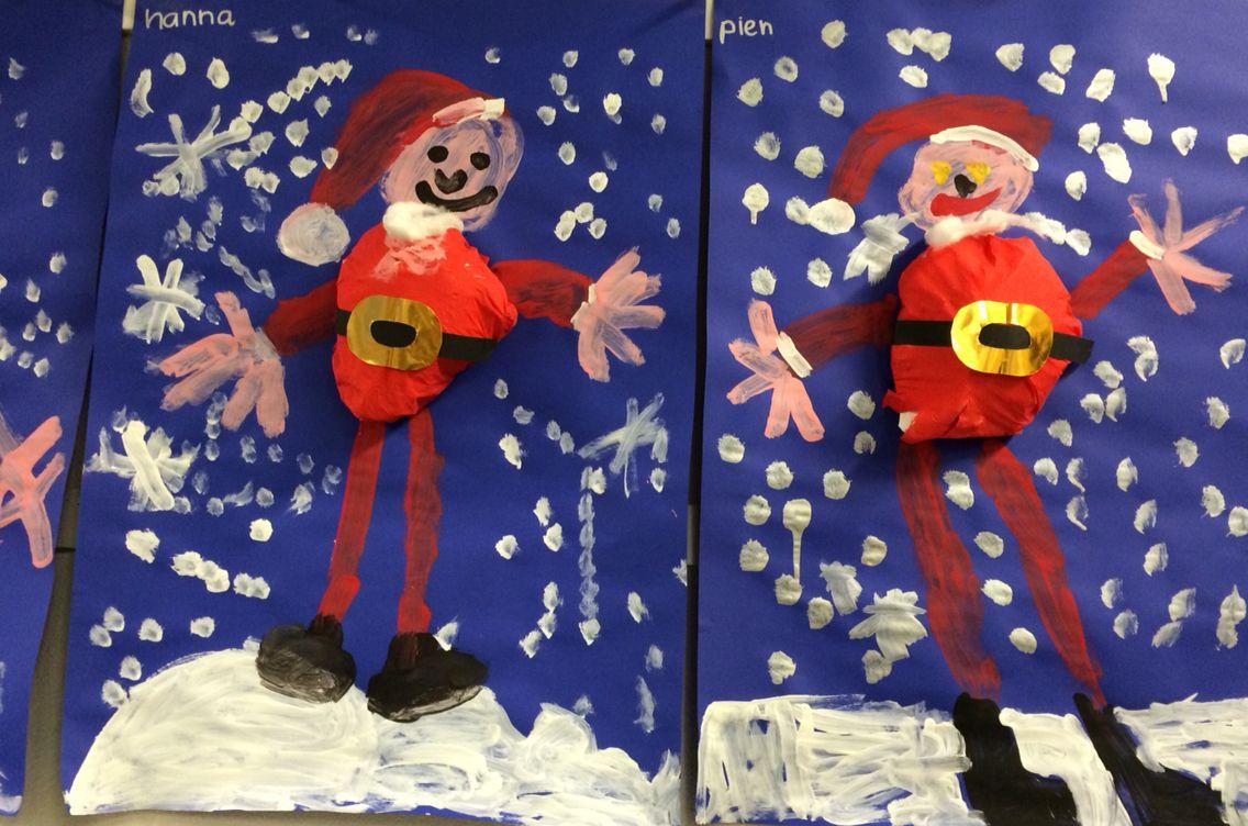 Kerstman met dikke buik op een donker vel. Met verf het gezicht, armen, benen en sneeuw maken. Als laatste nog de baard met ware en een zwarte riem met gouden gesp erop plakken.