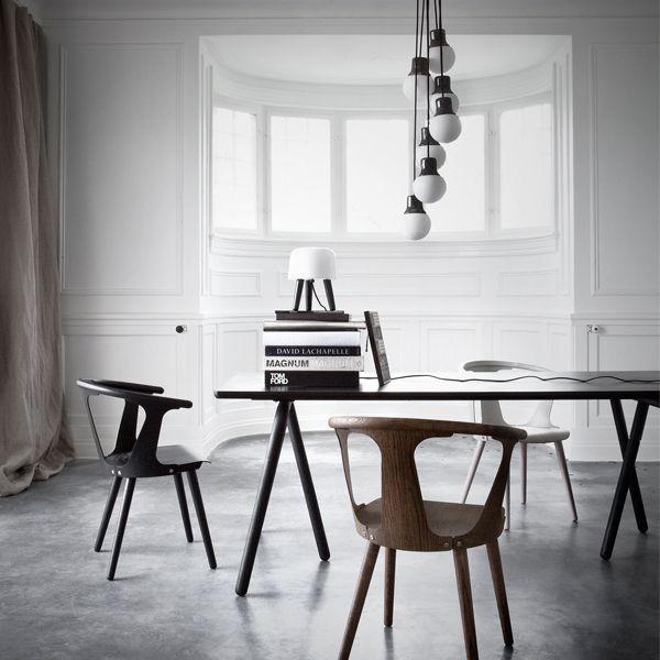 In Between -tuolin muotoa määrittävät kaarevan selkänojan kolme puuviilusta tehtyä tukea, joiden välin jäävät aukot ja tyhjä tila antavat tuolille nimen: In Between, välissä. Tuoli on tehty saarnista tai tammesta, ja siinä yhdistyvät perinteiset käsityötavat sekä modernit, teolliset valmistusmenetelmät.