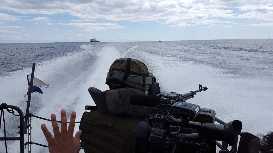 Ylen toimittaja Antti Kuronen seuraa Itämerellä, Hangon edustavalla, pidettäviä Naton sotaharjoituksia. Syndalenin harjoitusalueella pidettävät laajamittaiset harjoitukset jatkuvat torstaihin asti.