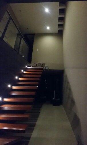 Escalera flotada de madera de encino doble altura con muro negro de piso ceramico iluminaci n - Iluminacion led escaleras ...