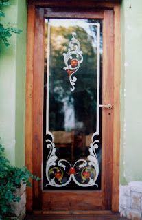Puerta de entrada del Restaurant Las Margaritas, en Villa Gesell.     Todos los cristales estan pintados desde adentro...