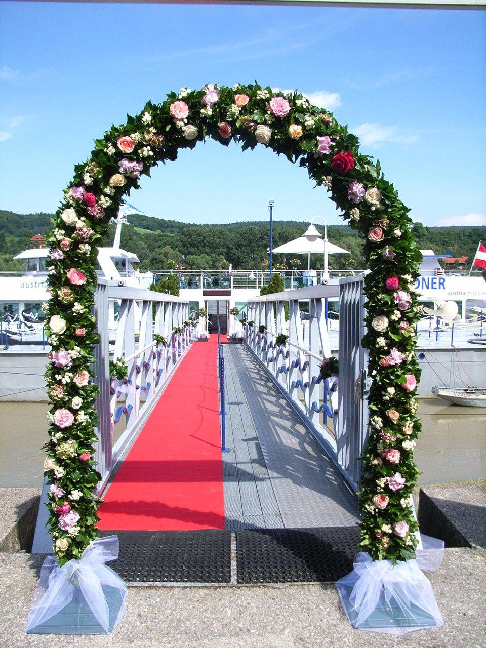 Rosenbogen bei der Hochzeit am Schiff  Rosenbogen