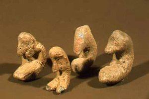5000 eaa, Savi-idoleita eli savihahmoja, jotka liittyvät kivikauden uskomusmaailmaan. Kuva: Museovirasto