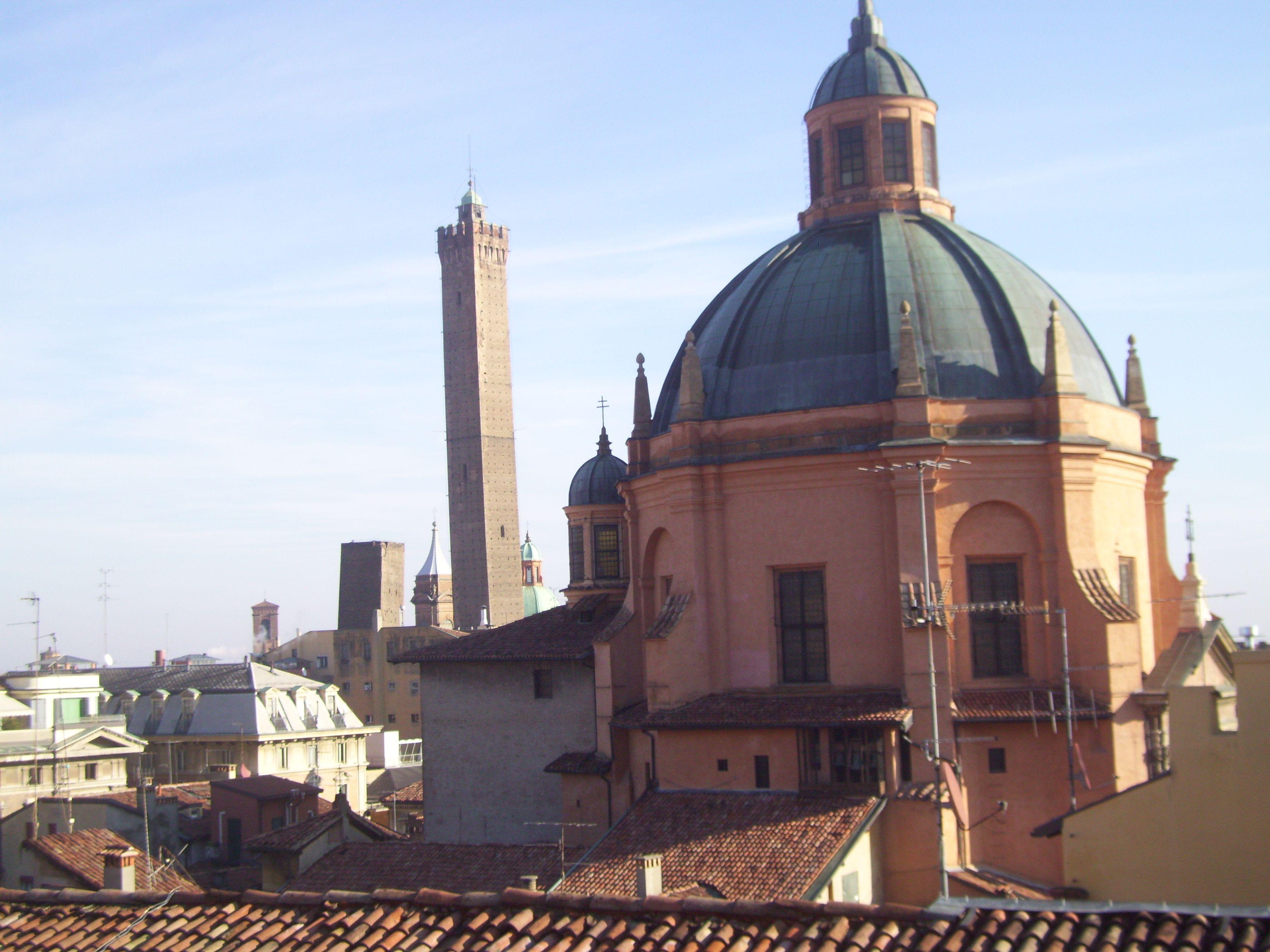Bologna - le due torri e Santa Maria della Vita-