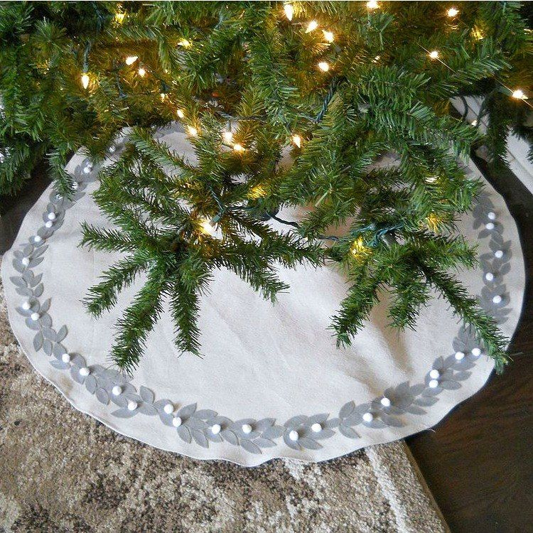 15 Gorgeous Christmas Tree Skirts That Only Look Expensive Diy Christmas Tree Christmas Tree Skirt Christmas Diy