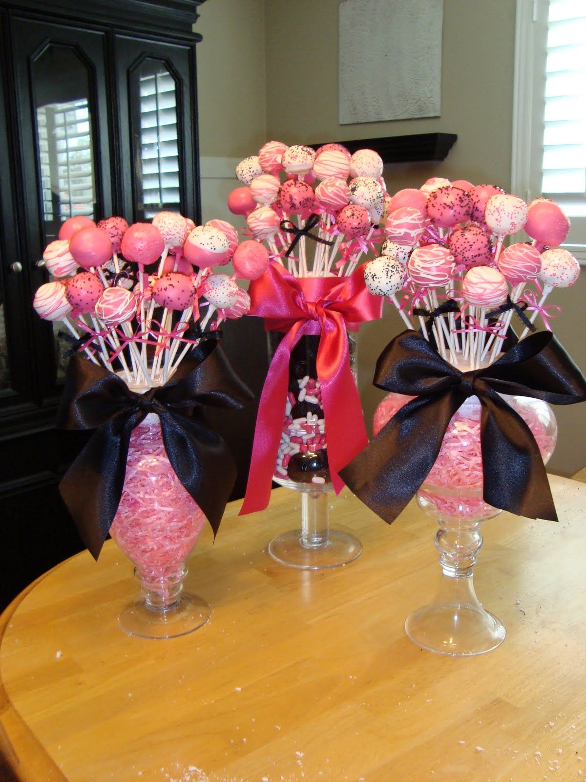 Cake Pop Christmas Decorating Ideas : Cake pops (or Lollipops) in jars are stuck in styrofoam ...