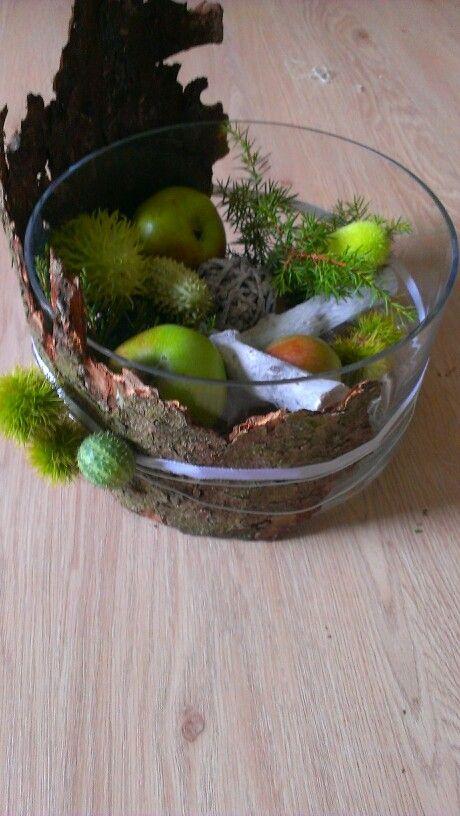 Glas mit Äpfeln und Ziergurken, grüne Herbstdeko