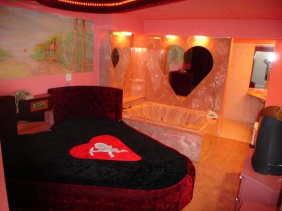 Sexy love suite with a ❤ shaped bed and jacuzzi in Chicago! 4 ...