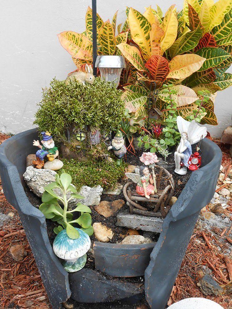 Maceta escalonada con plantas diversas ambientada con