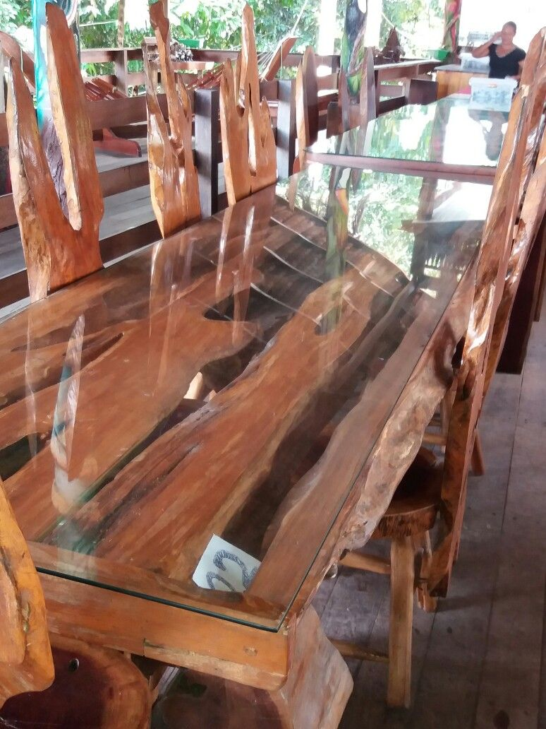 Mesa Feita De Troncos De Arvores Ocas As Cadeiras Seguem O Mesmo