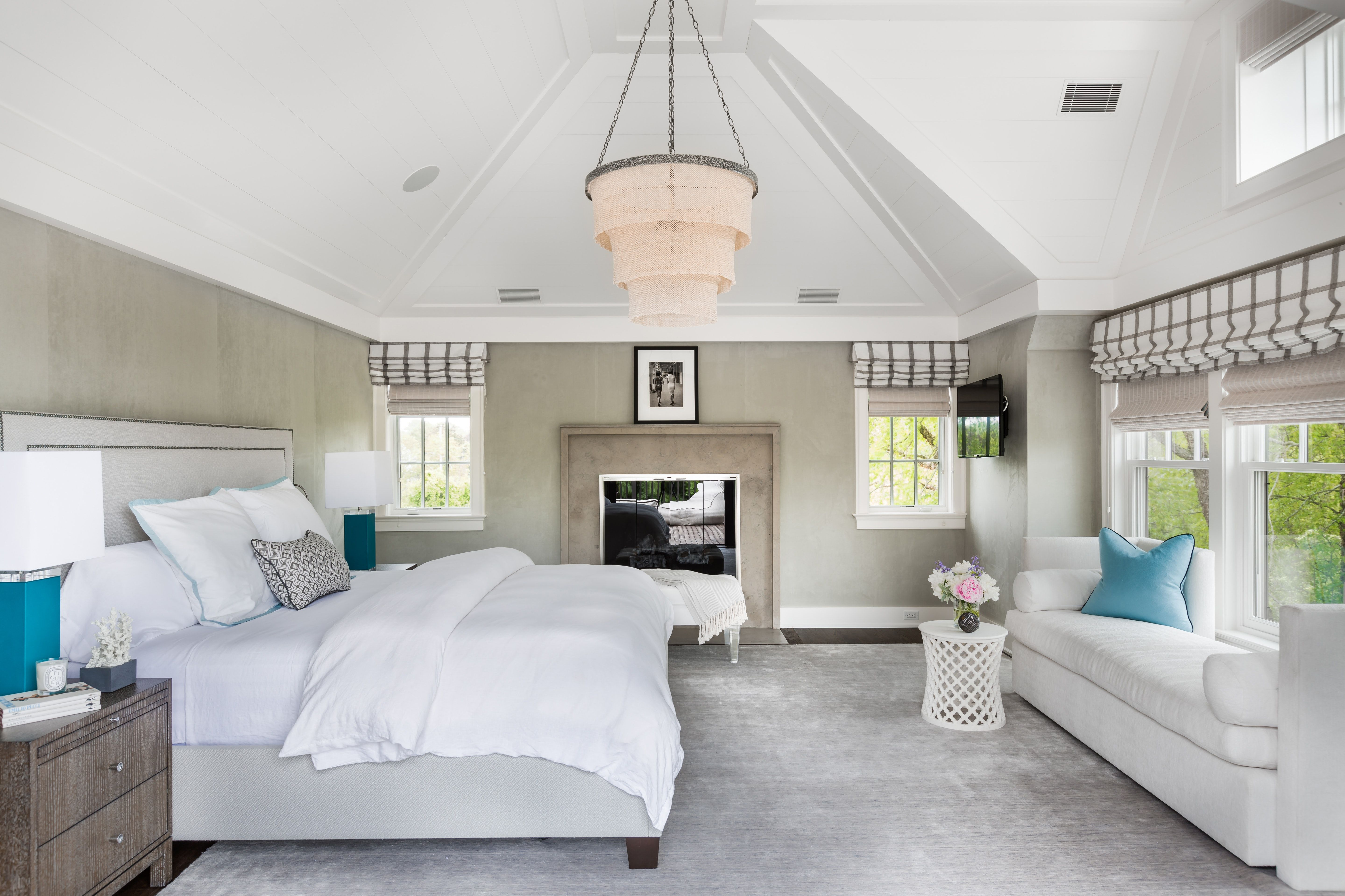 Bedroom with vaulted ceiling by alisberg parker architects