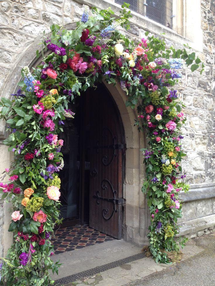 Arco floral colorido para una ceremonia de iglesia