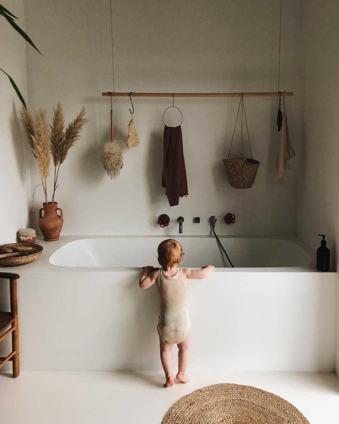 Minimalistisches Badezimmer in sanften Erdtönen ohne Fliesen ...