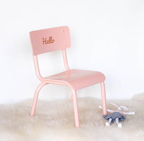 Chaise Decole Maternelle Vintage En Bois Et Fer Entierement Poncee Repeinte Couleur Rose Clair Avec Hello Apparent Patins Neufs