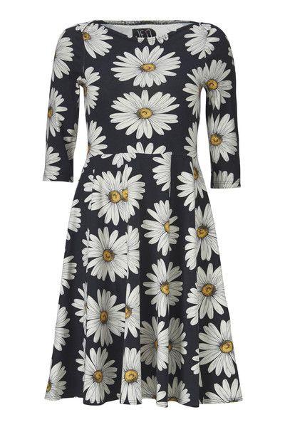 Celine kjolen fra WEIZ Copenhagen er uden tvivl vores mest populære kjole EVER! Kan du stå for denne udgave med smukke store dasie blomster?