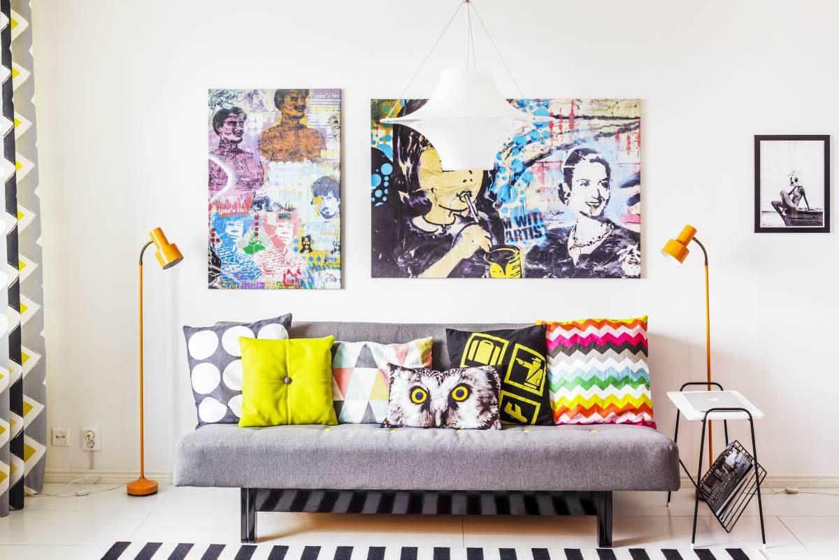 Olohuoneen taulut on tehty Tonyn Buenos Airesissa ottamista kännykkävalokuvista. Ne ovat graffiteja ja kuvat tulostettiin canvastauluiksi.