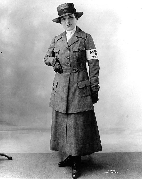 Enfermera de la Cruz Roja Americana durante la I Guerra Mundial con uniforme gris de verano