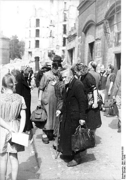Berlin 1945 Vor Der Zentralmarkthalle Am Alexanderplatz History Of Germany Women In History Berlin