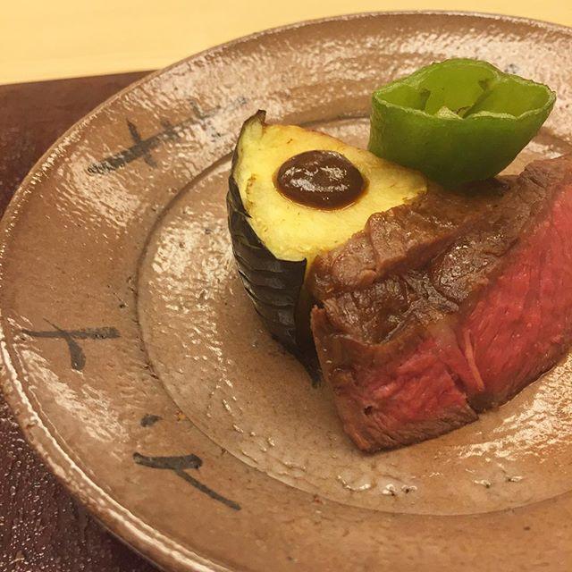 【銀座小十 懐石体験授業】 20170724 焼物。 ・ 3週間熟成させた静岡のランプ肉。京都のとり市さんからの、えぐみのない万願寺とうがらしと甘みのある賀茂茄子。この野菜がとても美味しかった… ・ 小十と描かれたお皿は、小十の名前の由来になった西岡小十 さんの息子さん、良弘さんによるもの。 ・ #文月 #懐石料理 #コース料理 #夏 #夏の食材 #culinaryschool #culinary  #cooking  #july #summer #restaurant #washoku #instafood #instayummy #food #foodlover #foodstagram #japanesefood #foodpic  #専門学校 #調理学校 #焼物 #肉 #炭火焼 #牛肉  #万願寺とうがらし #賀茂茄子
