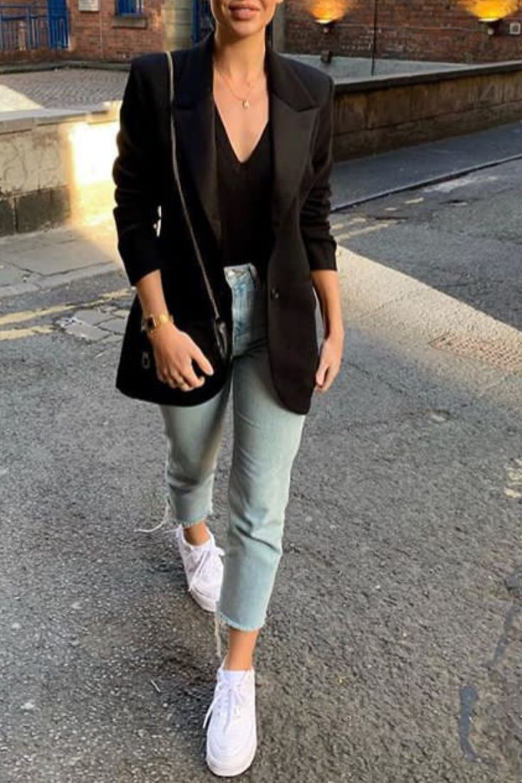 7bb5feb3fd Mode femme automne casual chic avec un jean, un top noir décolleté, des  baskets blanches et un blazer noir