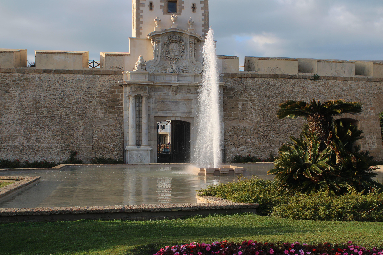 fachada principal de puertas de tierra, entrada a la ciudad de Cádiz