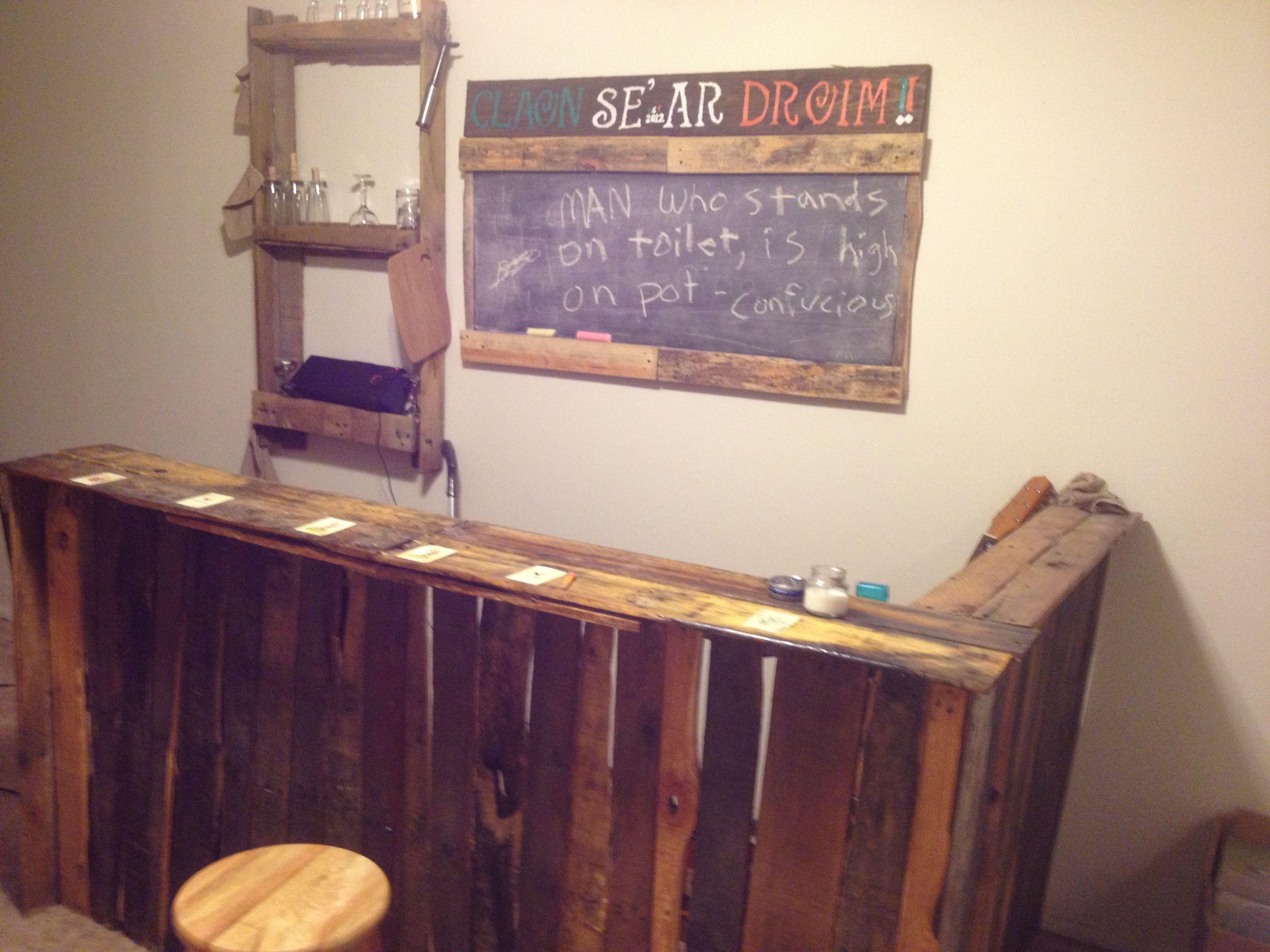Diy pallet bar sign glass rack and chalkboard muebles for Tarimas de madera para muebles