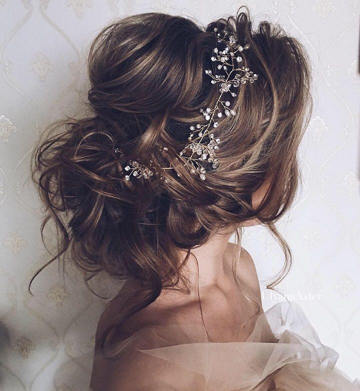 Messy updo wedding hairstyle #weddingupdo #messyupdo #bridalhair #weddinghair #weddingupdos