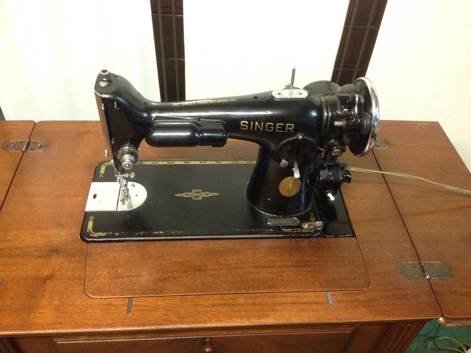 Vintage 1936 Singer Sewing Machine In Beautiful Wooden