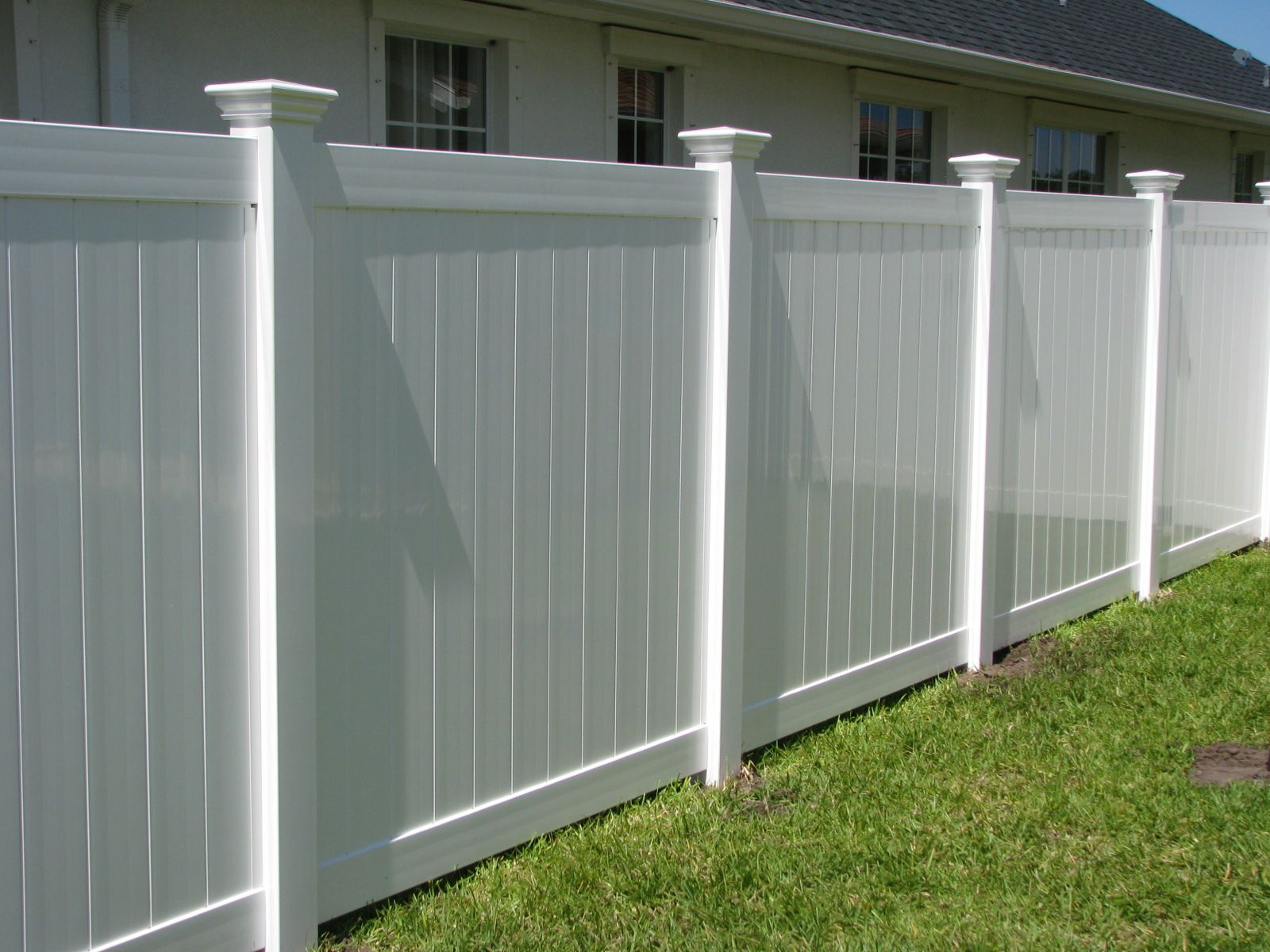 Classic White Vinyl Privacy Fence With Post Caps Mossy Oak Fence Company Orlando Melbourne Vinyl Privacy Fence White Vinyl Fence Privacy Fence Designs