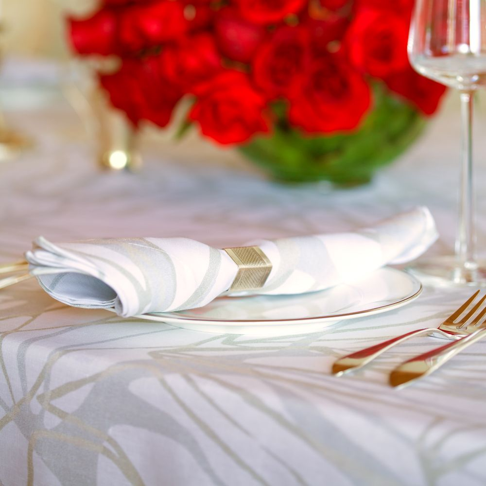 Huddleson Linens   Melita Metallic Linen Napkins And Tablecloth   Festive  Red Roses