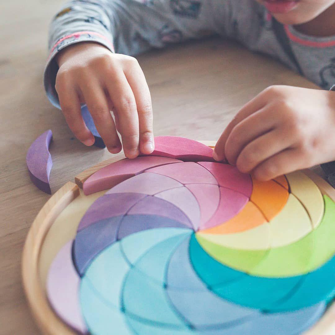 Oh les jolies couleurs pastels Cette roue chromatique des couleurs est aussi un cassetête en bois Un beau défi pour les toutpetits  Gros coups de coeur pour...
