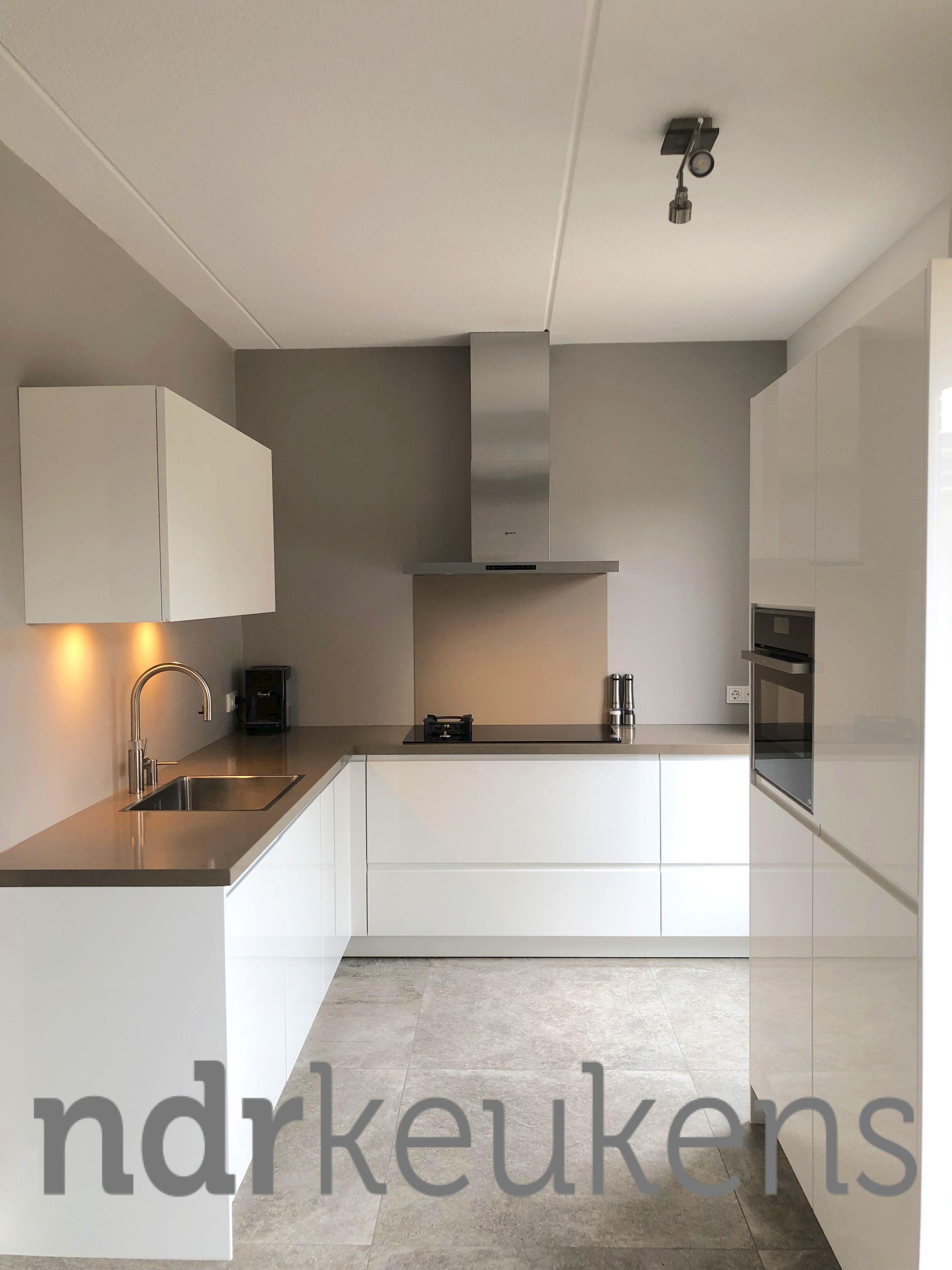 Strakke Greeploze Keuken In Hoogglans Wit Keuken Idee Witte Hoogglans Keuken Keuken Achterwand Glas