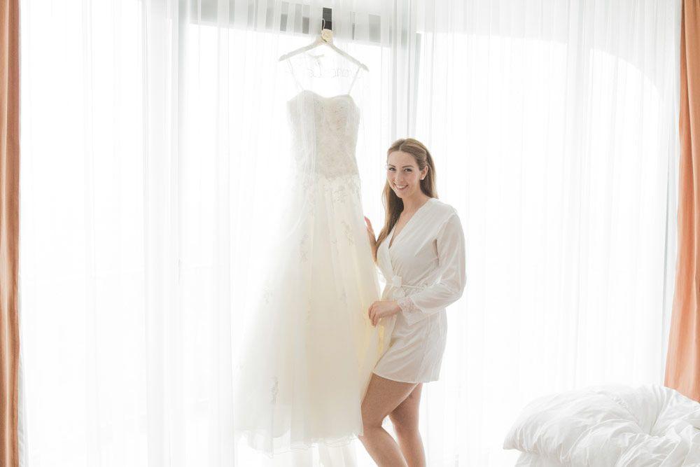 Jennifer am Morgen der Hochzeit mit ihrem Brautkleid. Foto: Viktor ...