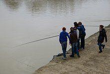 Pendant que les garçons pêchent...