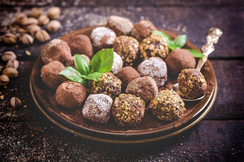 Trufle to jeden z najbardziej znanych kakaowych smakołyków. Są one proste do przygotowania i nie trzeba ich gotować ani piec. Do przygotowania trufli używamy m.in. masy kakaowej, która jest dostępna w sklepach z orientalną żywnością. To