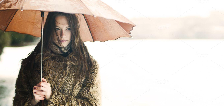 Naked woman holding umbrella — Stock Photo © londondeposit