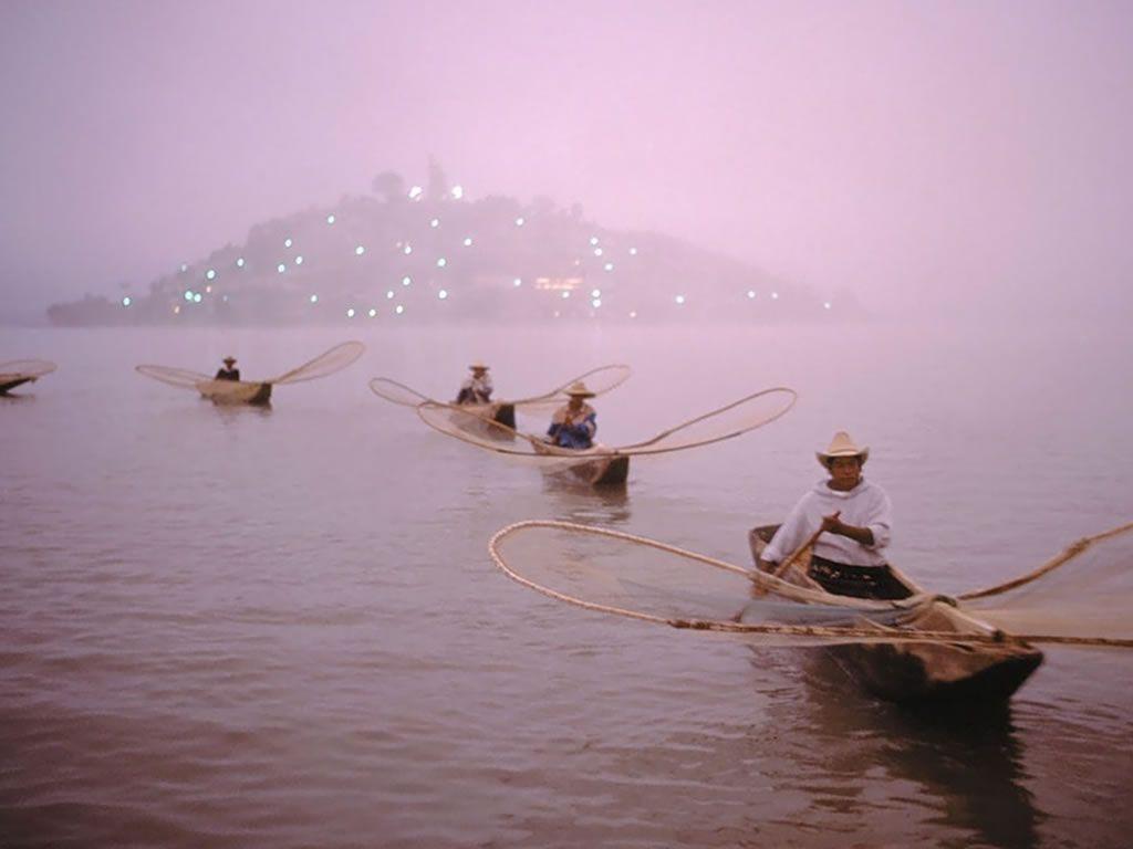 pescadores en patzcuaro remando por el lago