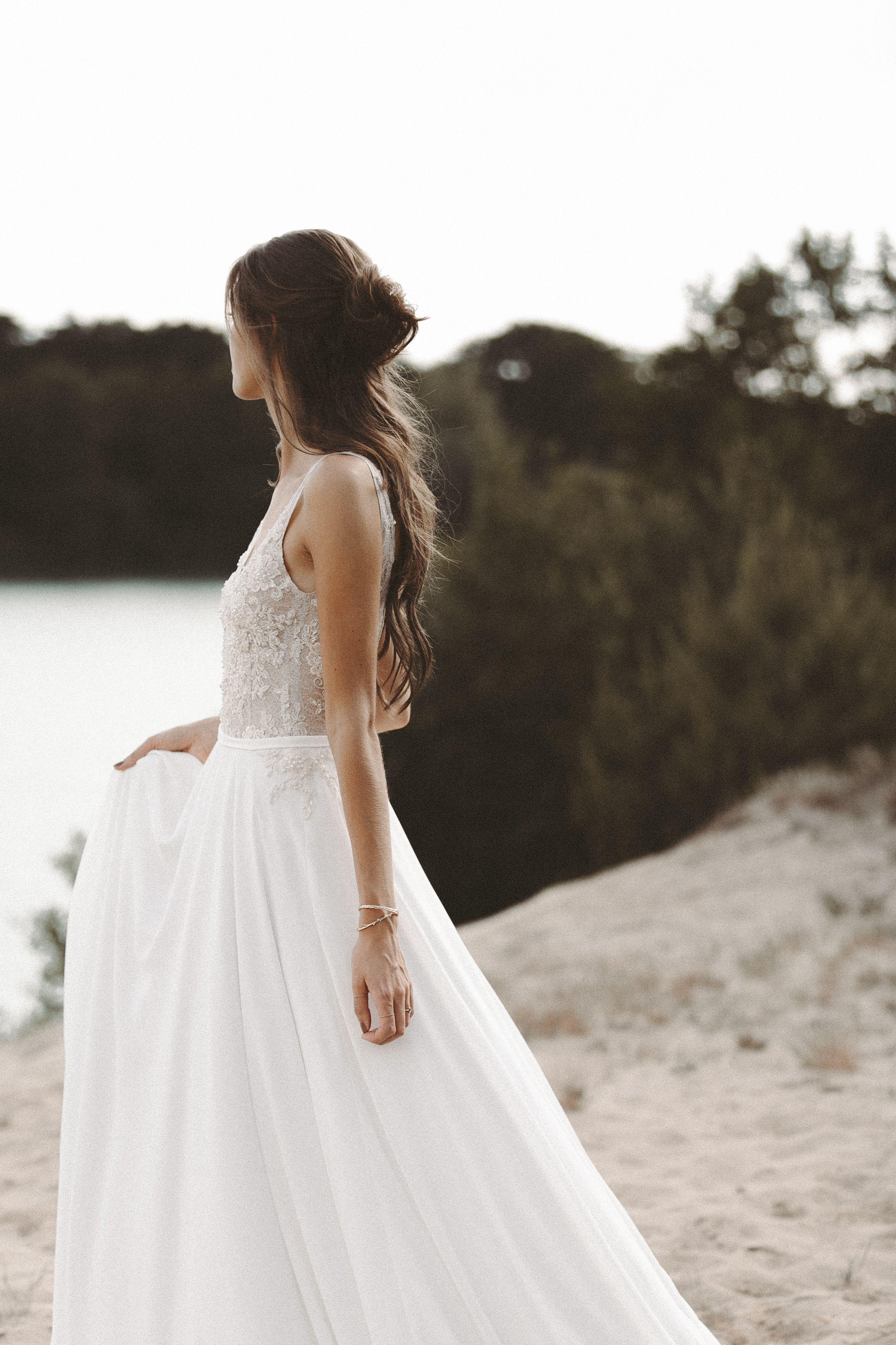 Fliessendes Brautkleid aus Spitze mit tiefem Rückenausschnitt