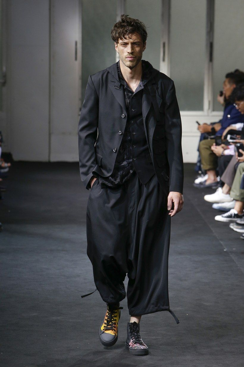 premium selection d6c00 cfd2b Yohji Yamamoto Spring 2019 Menswear collection, runway looks, beauty, models,  and reviews.