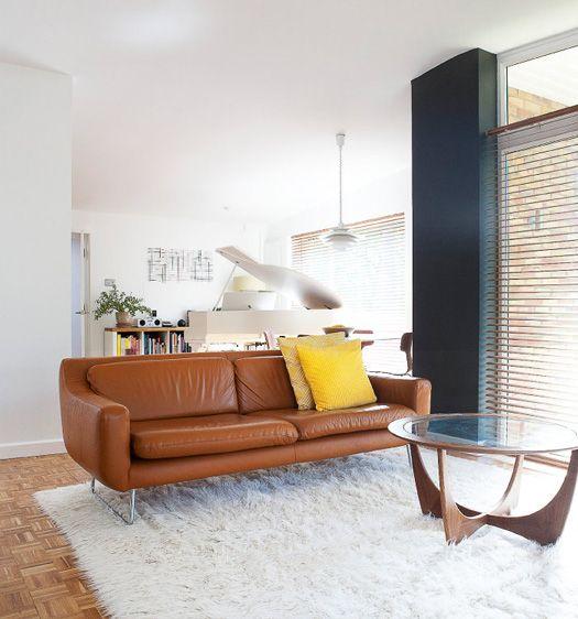 Las Venecianas De Madera Dan Un Poco De Calidad A La Decoracion Tan Blanca With Images Modern Leather Sofa House Interior Front Room