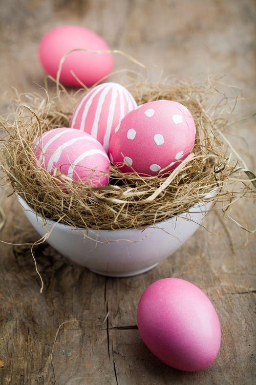 Ovos de Páscoa decorados com cor de rosa e branco | Eu Decoro