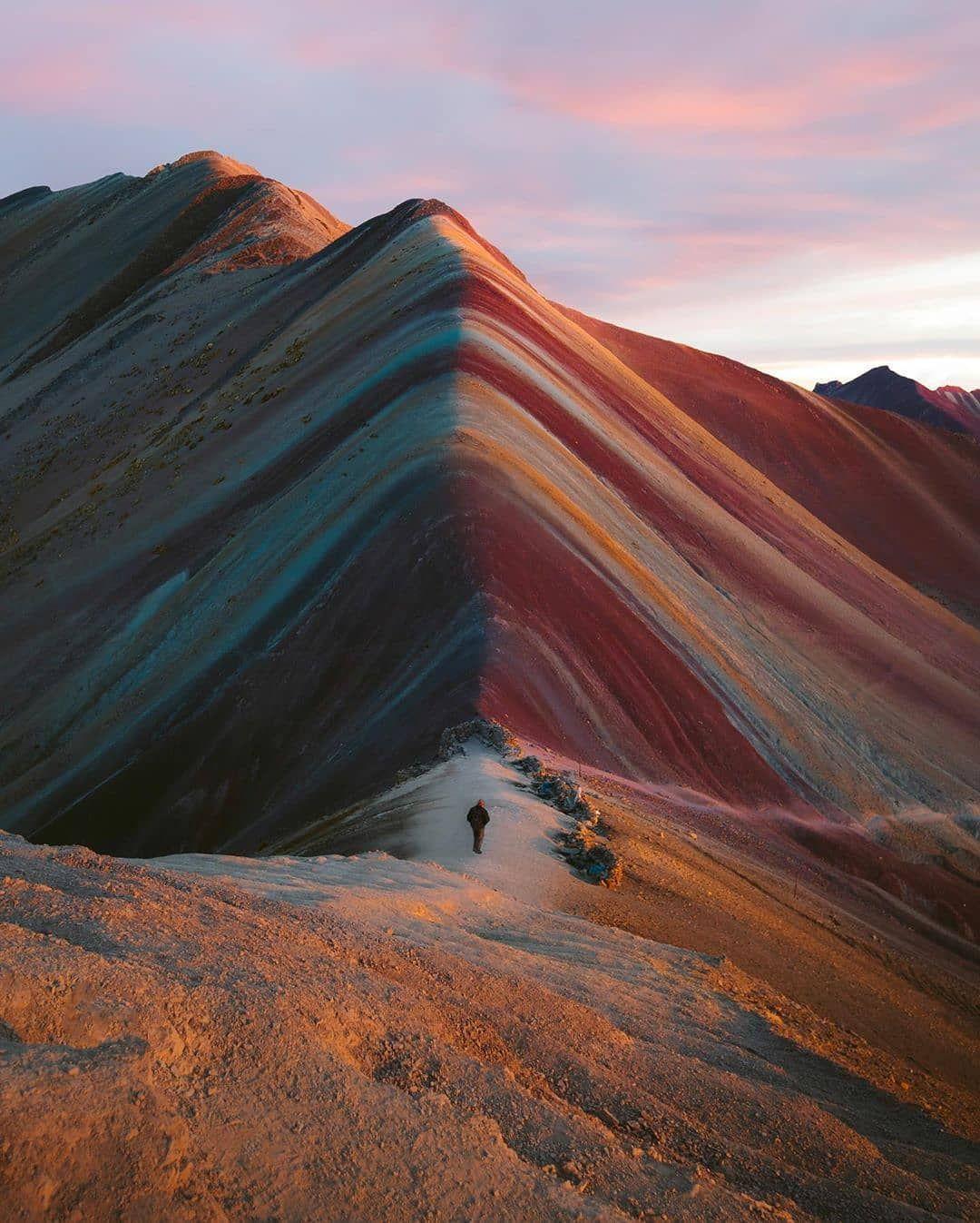 High In The Andes Of Peru You Can Find Rainbow Mountains In 2020 Regenbogen Berge Sudamerika Bilder